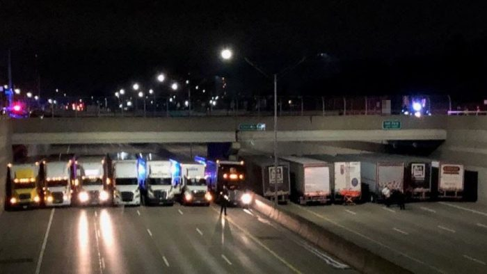 Drivers are confused when 13 trucks line up under highway bridge